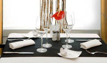 cena restaurante formal modales en la mesa